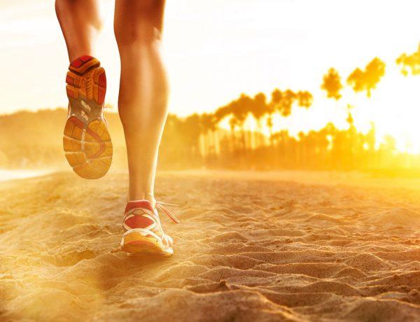 Laufen beim Sonnenuntergang in der freien Natur